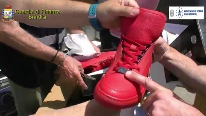 buy popular 29b68 0d15f Puglia: bloccate 1.800 paia di scarpe cinesi con il logo di ...